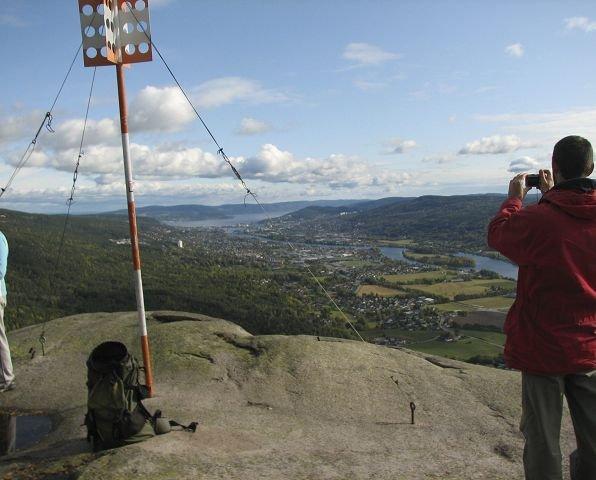 kjempeutsikt: Fra Knabben er det fint å ta bilder av den storslagne utsikten ut over Drammensfjorden. Foto: Anne Wollertsen