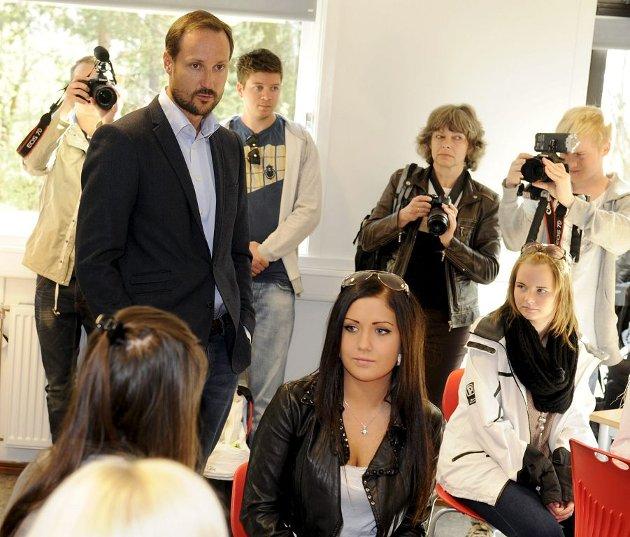 Kronprins Haakon sparker i gang samtalen om verdighet i med en av klassene med førsteårselever på helse. og sosialfag.