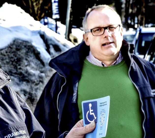 «Gullkortet» gir en rekke økonomiske fordeler, også gratis bompasseringer. Daglig leder i Drammen Parkering KF, Claus Mølback-Thellefsen og kollegene jobber for å få bukt med ulovlig bruk og forfalskninger.