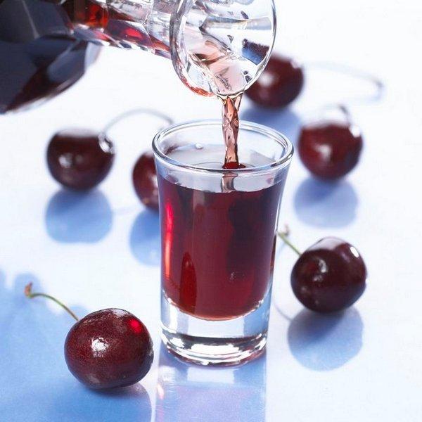"""KIRSEBÆR/MORELL: Hele bær dekkes med 60 prosent sprit, før det får trekke i minst en uke. Den søtlige smaken gjør drammen god til konfekt, sjokolade og isdesserter (Foto fra boka """"Lag din egen dram"""")"""