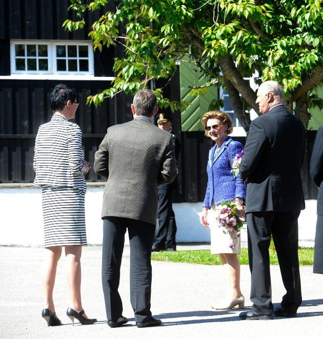 Kongeparet besøkte bestyrerboligen på Signo i Andebu. Til venstre står generalsekretær i Signo, Inger Helene Venås.