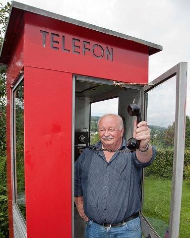 John Arntsen har stor lidenskap for den norske telefonkiosken. Nå ønsker den selvutnevnte telefonkioskgeneralen å få tilbake en kiosk i Sætre sentrum.