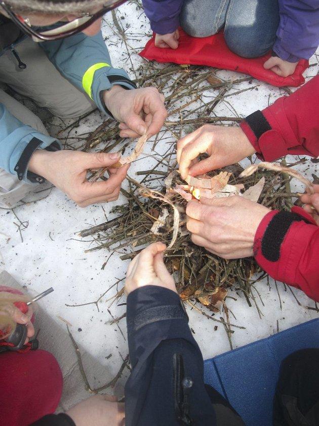 EGET BÅL: Barna har akkurat tent bålet med et gniststål, som er den moderne varianten av flint. Små tørre pinner, never, tyriflis og tistelfrø er alt som skal til.