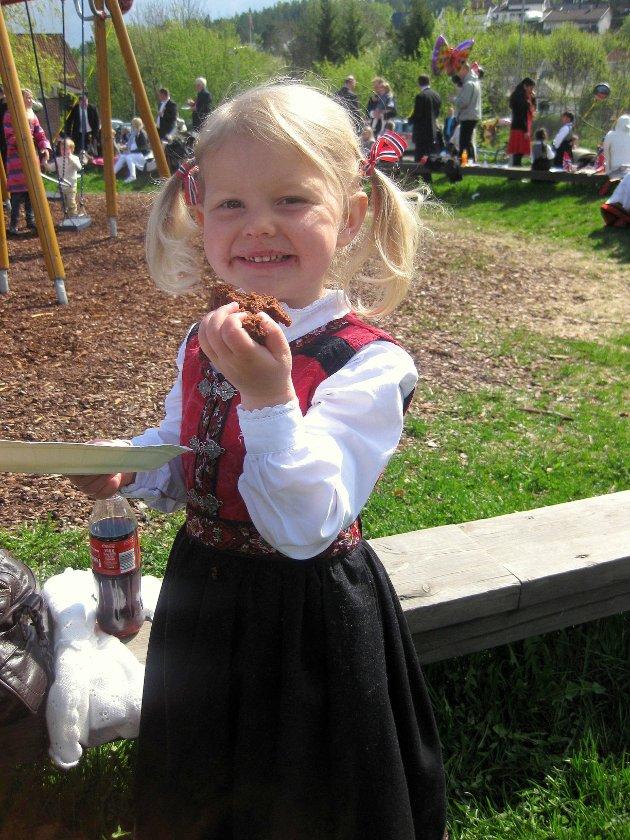 Kristine Morberg Pedersen (snart 4 år) som koser seg med kake.