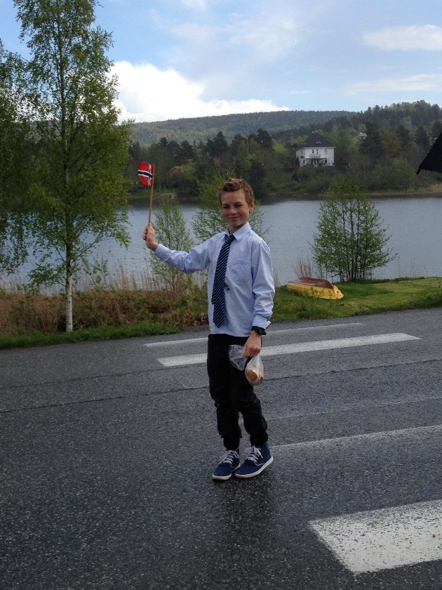 Et litt tullete bilde av min kjære bror som veier med flagget før toget kom gående bortover veien.