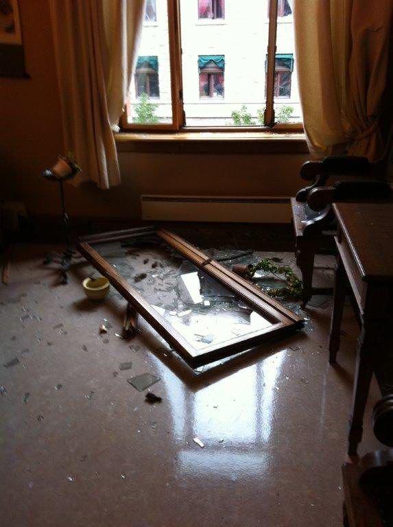 ENORMT TRYKK: Bildet etterlater liten tvil om hvor kraftig ekplosjonen i Regjeringskvartalet var. Høyesteretts Hus ligger knappe 100 meter unna stedet der bomben gikk av. FOTO: GUNNAR BERGBY/HØYESTERETT