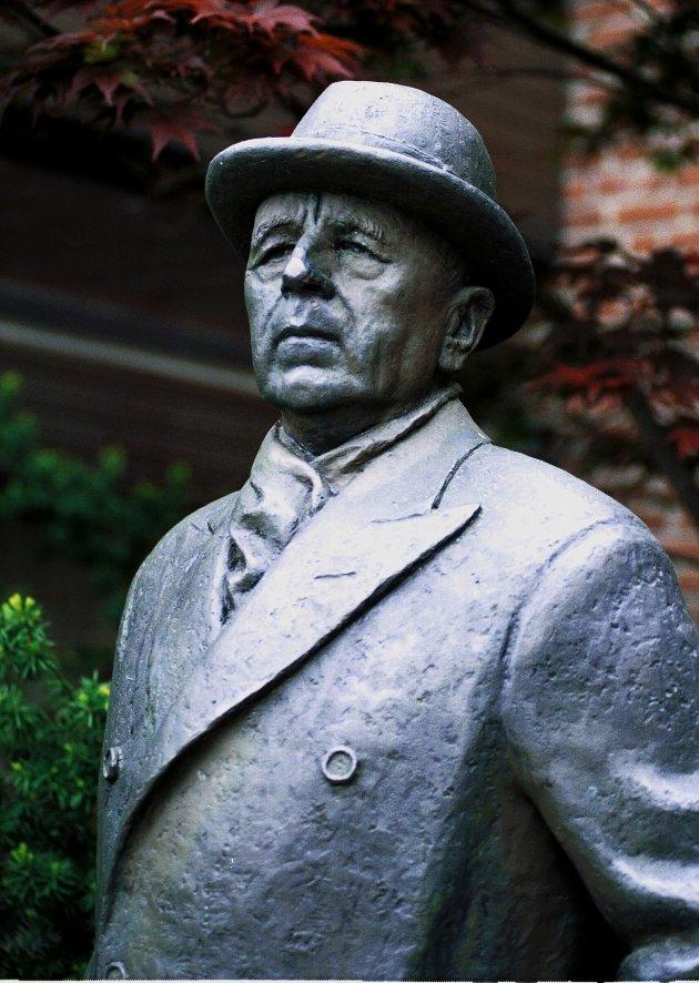 Statuen av skipsreder Anders Jahre står utenfor Sandefjord rådhus, som ha ga 40 millioner kroner til i 1972.