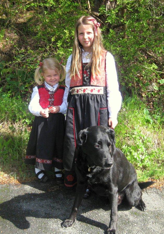 Kristine sammen storesøster Karoline Morberg Pedersen (7 år) og familiens hund, Nero (12 år).