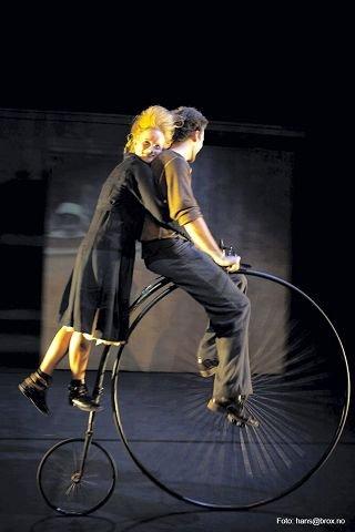 PÅ VELOCIPED: Sylvi Fredriksen og Leif Nygaard er to av danserne i «Årringer <I>–</I> en skrukkete historie». $BYLINE_ON$Foto: Hans Brox, Hedmark Teater$BYLINE_OFF$