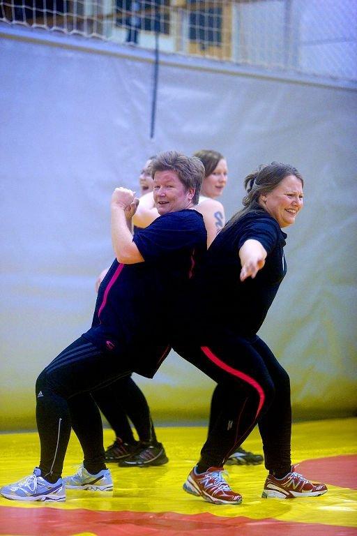 Trine Elverum (til venstre)og Marianne Evensen i humørfylt sparring.