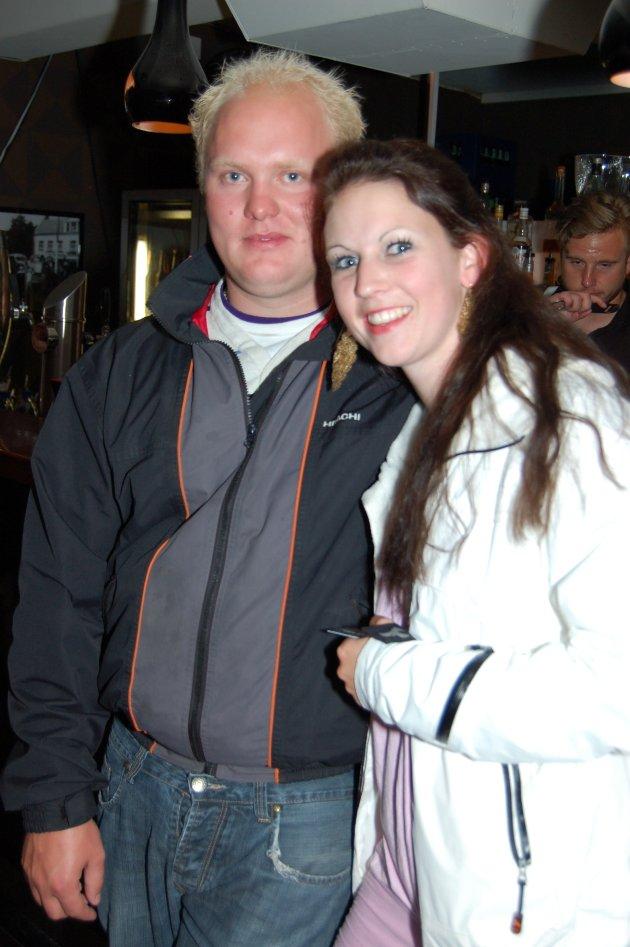 På Holdeplassen: Raymond Mørk Olsen og Monica Hansen.