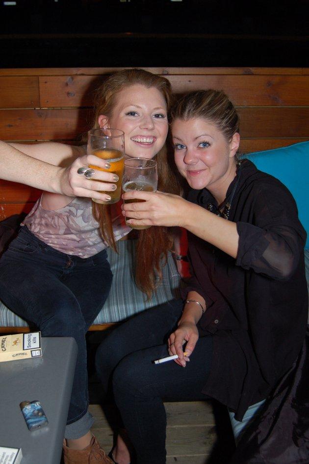 På Pir4: Sandra Maria Szpytko som forresten drikker Munkholm og Rebecca Karlsson.