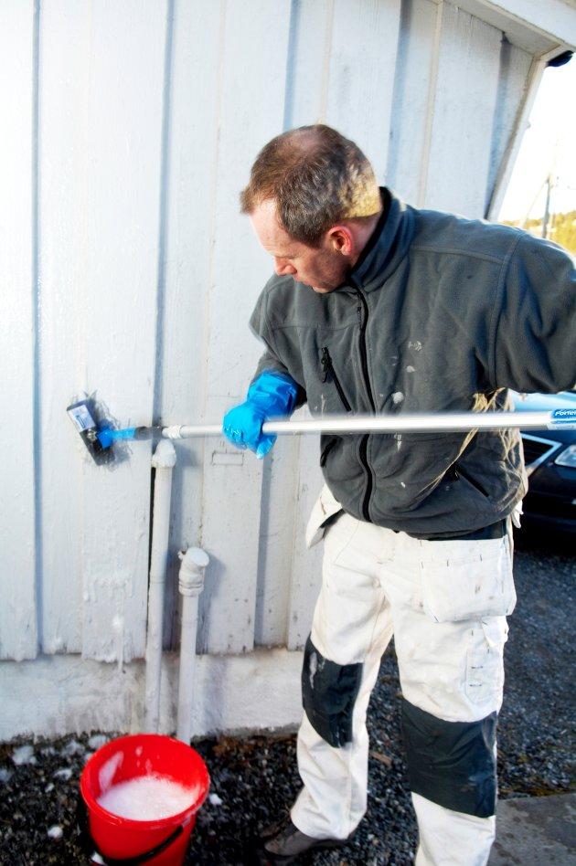 Husvask bør være en årlig rutine. Forlengserskaft er et must og kan spare deg for mange ryggplager.