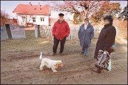 Naboene Bjørg Bustgaard samt Tor og Bjørg Reinertsen har bare godt å si om Jens Stoltenberg som har huset i bakgrunnen som feriebolig