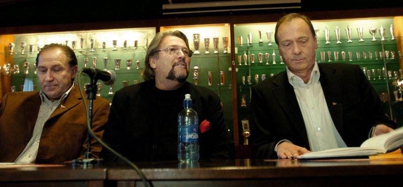 - Vi har valgt en mann med bred leder- og fotballfaglig erfaring, sa leder i FFK, Bjørn Jensen (til venstre). I midten Arve Mokkelbost, til høyre Toralf Hvitsten).
