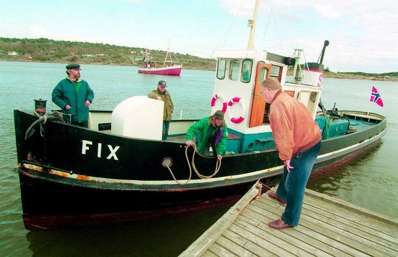 Den gamle slepebåten Fix returnerer til Fredrikstad. Knut Evensen går ombord i Fix på Tangen. Han ønskes velkommen ombord av Bjarne Dulin (f.v), Tor Ulsnæs og Svein Moe.          Fotograf : Thor-Arild Hansen     TattDato  : 03/05/1998