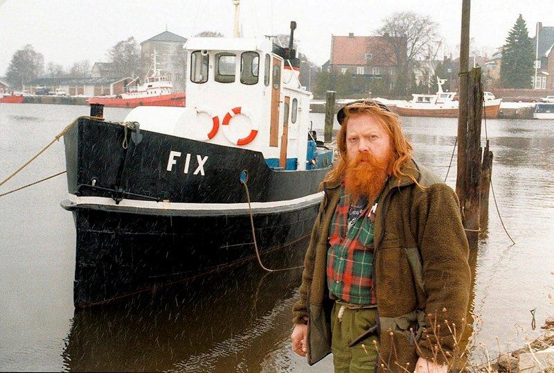"Knut Sørensen i Stiftelsen Fredrikstad Fartøyvernsenter ved slepebåten ""Fix"".           Fotograf: Jan Erik Skau     TattDato: 17/03/1999      *** Local Caption *** 14-FIX-1803 - Bilder fra Phrasea"