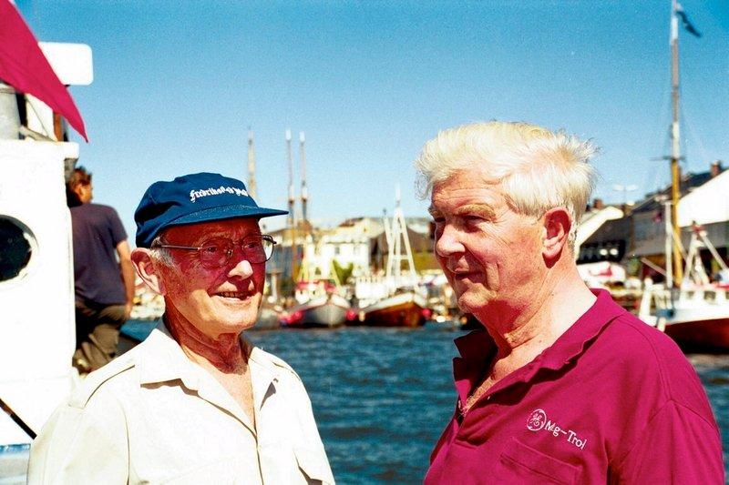 Skipsmegler Inge Stensland (t.h.) gir 300.000 kroner til restaurering av slepebåten Fix: De to veteranene Lars Aker (t.h.) og Stensland var med på en rundtur med båten.          Fotograf: Stine I. Johnsen     TattDato: 10/07/1999      *** Local Caption *** 03-Fix-2-2 - Bilder fra Phrasea