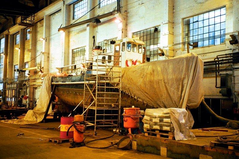 Slepebåten Fix overvintrer i en hall på FMV-området for undersøkelse og reparasjoner.          Fotograf: Thomas Hörman Arntsen     TattDato: 19/11/1999      *** Local Caption *** FIX henv - Bilder fra Phrasea