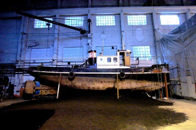 "Slepebåten ""Fix"" som ligger til reparasjon på Værste på Kråkerøy brukes som kulisse i teaterstykket ""Moon Lake"" som elever ved Akademiet for figurteater skal fremføre i det tidligere maskinverkstedet på FMV-området.          Fotograf: Erik Hagen     TattDato: 20041110"