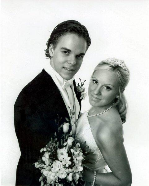Carina Aalykke, Hvalstad og Simen Sørbøe Solbakken, opprinnelig Fredrikstad, giftet seg i Asker kirke 4. oktober.          FOTO: FOTOGRAFENE PÅ HOLMEN SENTER