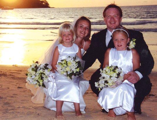 Hilde Selås, Trondheim og Tommy Bernhard Johnsen, Fredrikstad, giftet seg i Bangtao Bay, Thailand, 17. oktober. Døtrene Hannah og Synne var brudepiker.