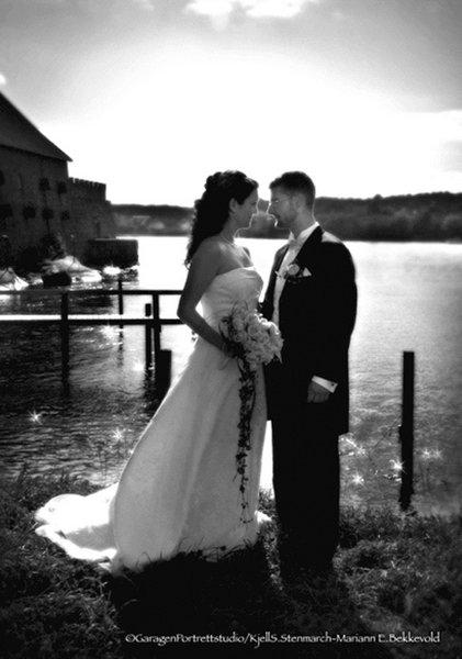 Therese Trenum og Audun Eilertsen giftet seg i Østre Fredrikstad kirke lørdag 13. september.          FOTO: GARAGEN PORTRETTSTUDIO/KJELL S. STENMARCH - MARIANN E. BEKKEVOLD