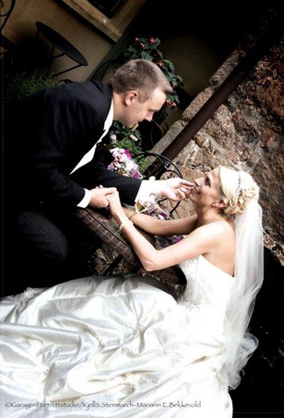 Malin Grude og Alexander Larsen giftet seg i Borge kirke 20. september.          FOTO: GARAGEN PORTRETT- STUDIO/KJELL S. STENMARCH-MARIANN E. BEKKEVOLD
