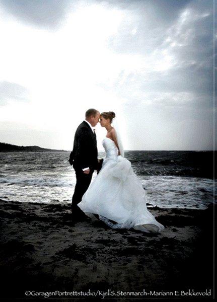 Sirianne Neset og Ståle Krabset giftet seg i Hvaler kirke lørdag 27. september.          FOTO: GARAGEN PORTRETTSTUDIO/ KJELL S. STENMARCH - MARIANN E. BEKKEVOLD