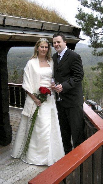 Monica Skyrud og Terje Bæverrud giftet seg i Ytre Rendal kirke 25. oktober.