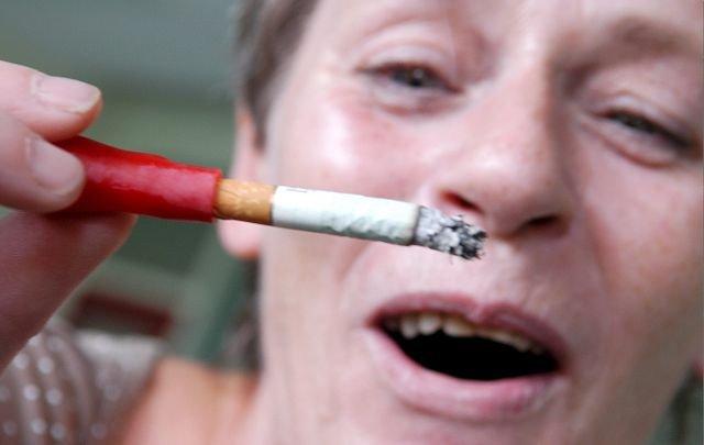 KRISEHJELP. Når krisen truer griper Frøydis Skibrek til urtesigaretten som røyker selv. Det er bare å pumpe. Røyken alene gir samme ro og avslappede følelse som flere nikotinsigaretter, uten at hun får i seg nikotin. FOTO: REIDAR HALDEN.