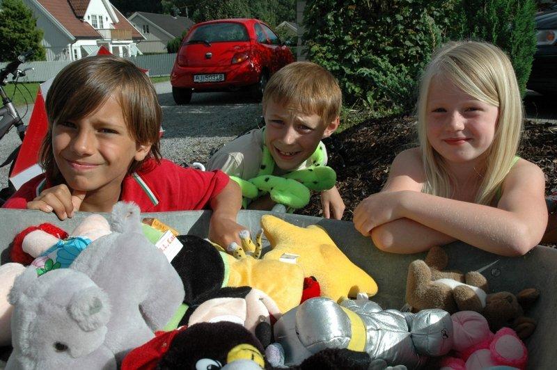 Levi Amandus Buar Schmidt (8) Simen Fossesholm (9½) og Cathrin Johansson (7)  selger leker dagen lang for at barna i Zululand skal ha det bra.