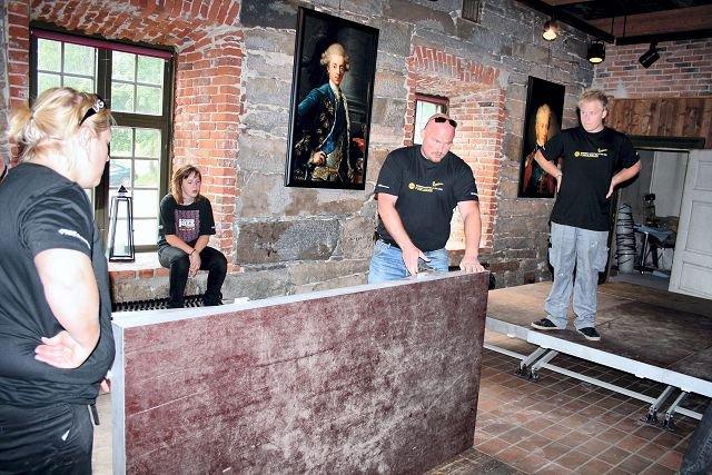 BYGGER SCENE. Johanne Nesmann, Pål Grini og Mats Jakob Nesmann prøver å få scenen på plass i Smeltehytta. Søsknene Nesmann kommer helt fra Kristiansand for å jobbe med festivalen.