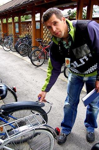 LÅS SYKKELEN:–Dette er en altfor dårlig sikret sykkel, sier betjent Hatlenes som oppfordrer folk til å låse sykkelen i både dekket, rammen og sykkelstativet. REBECCA JAFARI