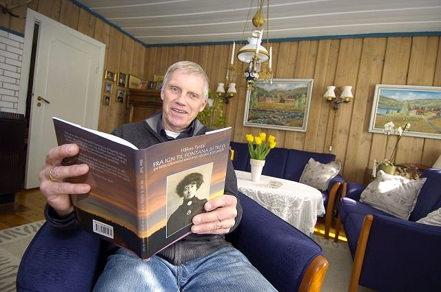 JØLSENSTUA: Forfatteren Håkon Tysdal i stua på Solbakken (fra 1887) i Ekebergdalen. Her bodde Ragnhild Jølsen bodde til hun døde i 1908. Tysdal har skrevet boken om det siste året av forfatterens liv.  FOTO: christian clausen