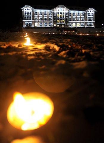 Utenfor Urbygningen på UMB var det et helt hav av lys i går.