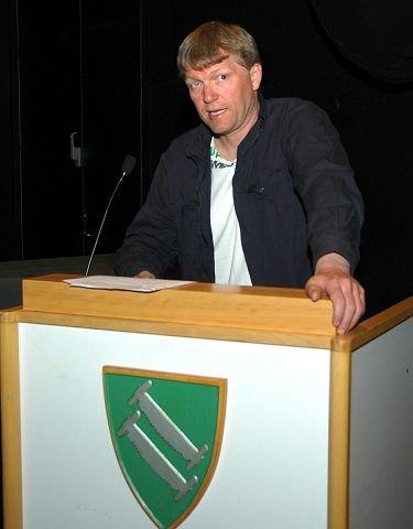 FÅR UNGDOMSSKOLE:  Terje Hoffstad (Ap) hadde sammen med sambygding Even Moen (Sp)utarbeidet forslag til kommunestyret som sikrer ungdomsskoletilbud også til neste år i Sollia. Til tross for at dette dreier seg om bare en elev neste skoleår, så fikk forslaget flertall i kommunestyret. $BYLINE_ON$Foto: Per Ivar Strømsmoen$BYLINE_OFF$