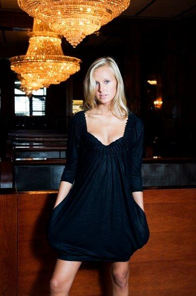Med lommer på kjolen kan vesken legges igjen hjemme. Kjole fra d'AHrling kroner 949.