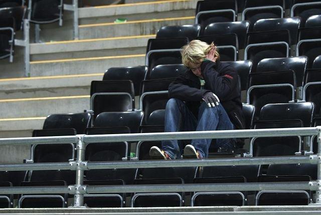 SORG: - Nå føler jeg bare smerte, sier en knust Jan Morten Hustad etter at nedrykket er klart. Han ble sittende igjen på Briskeby da mange andre hadde gått hjem.