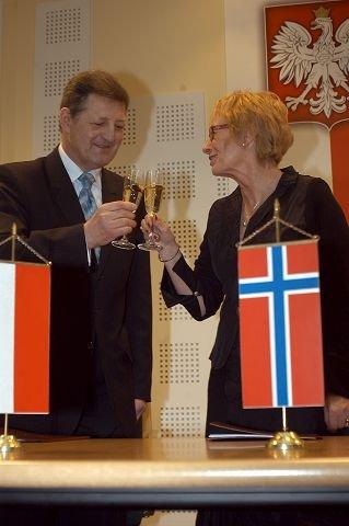<B>FEIRET:</B> Begge parter feiret vennskapsavtalen med et glass champagne.
