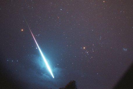 Mange observerte et lys på himmelen torsdag kveld. Det antas at det er en meteoritt.