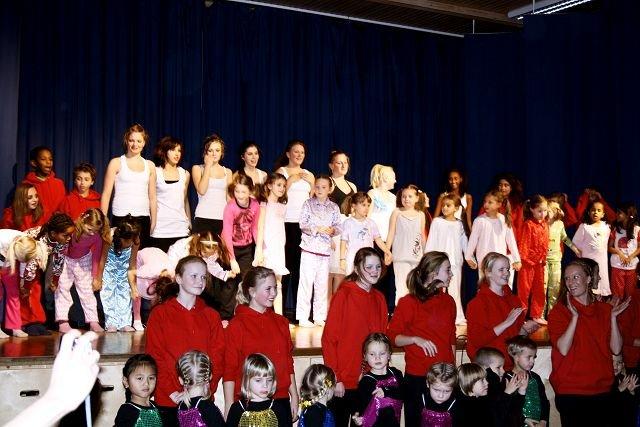 70 barn og unge fra 3-18 år fikk vist frem det de har lært på dansekurs hos Tonje Skarpsno på Nebbejordet i høst.
