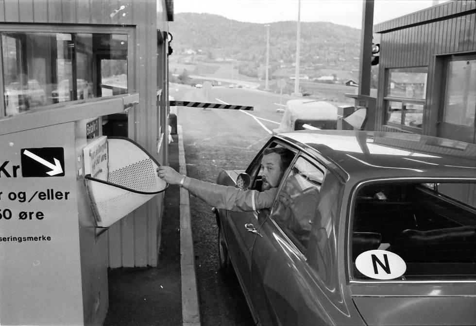 Den aller første sjåføren kaster tre kroner og får passere Kjellstadbommen. Bommen var kun åpen i et kvarter første dagen da veisjefen oppdaget at arbeiderne på veien ikke var ferdig. Dagen etter ble det en ny åpning.