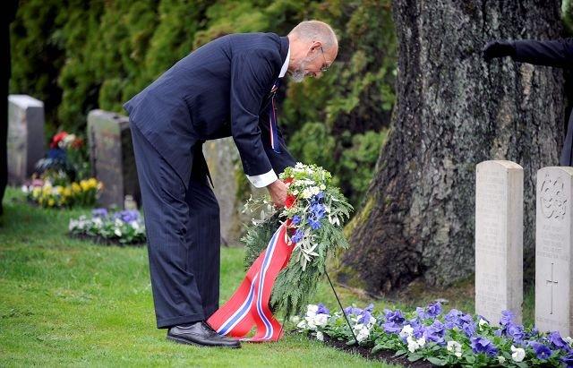Tradisjonen tro: De alliertes graver ble bekranset ved Bjørn Hoelseth 17. mai. Foto: Lily Marcela Gundersen