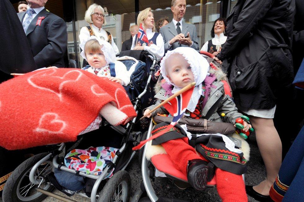Celine Emlem Holt (1, t.v.) og Zara Erlandsen (1,5) følger med på barna i toget.