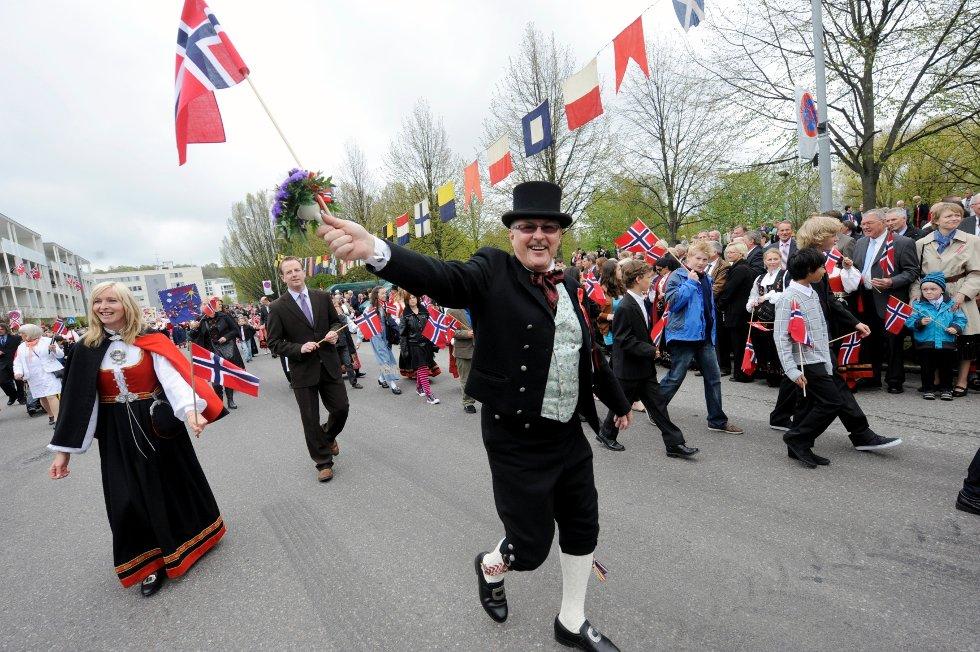 Øystein Selnes, rektor på Byskolen, flagger.