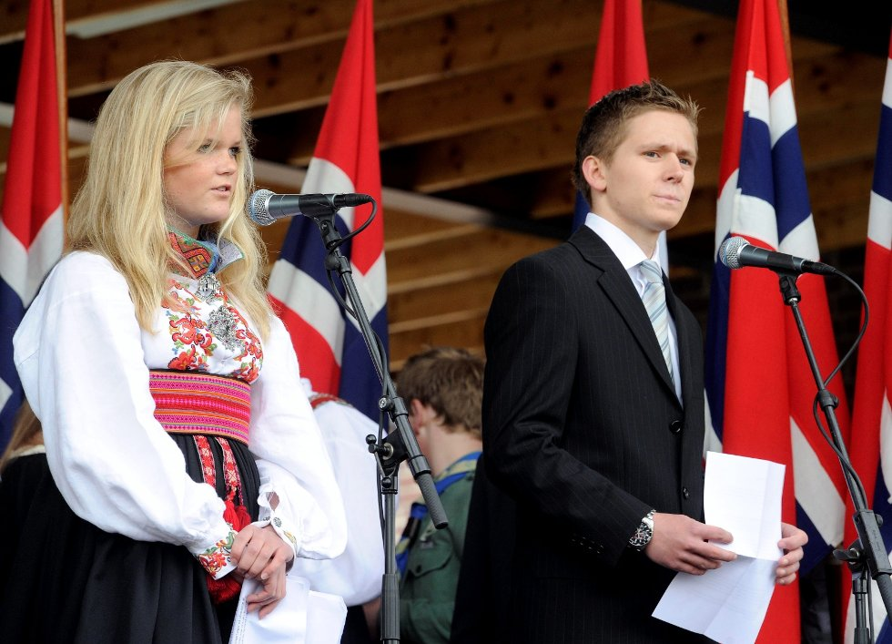 Lovise Dahl og Rasmus Seeberg Bergreen fra Breidablikk ungdomsskole holdt tale til barna i Badeparken.     Foto: Olaf Akselsen