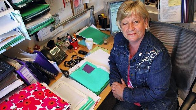 May-Lis Skaug Rinnan i Moss kommune må stå svært tidlig opp for å komme à jour med ferieklubbtilbudet etter at bunkene hopet seg opp under streiken. Hun håper hun rekker det.