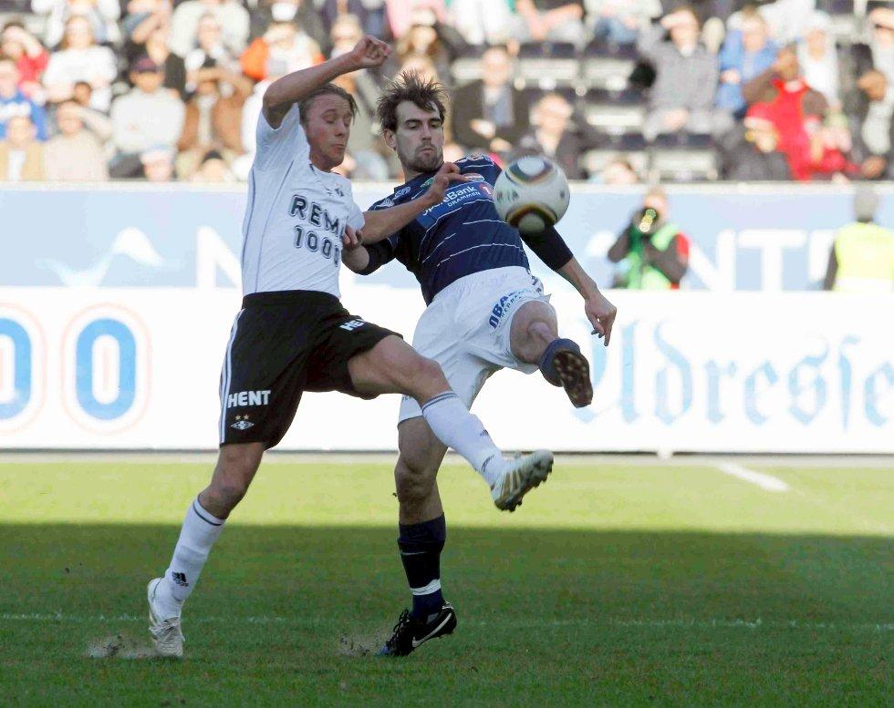 Strømsgodsets Joel Riddez (t.h.) og RBKs Per Ciljan Skjelbred i eliteseriekampen mellom Rosenborg og Strømsgodset på Lerkendal stadion i april.