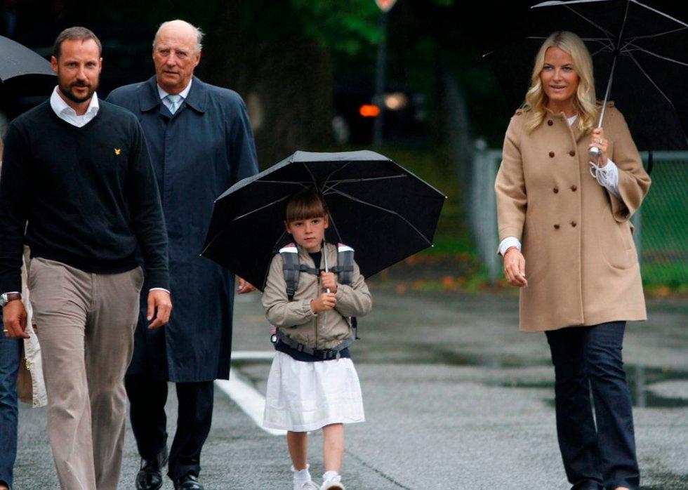 Prinsesse Ingrid Alexandra ble fulgt av kronprinsesse Mette-Marit, kronprins Haakon og kong Harald.